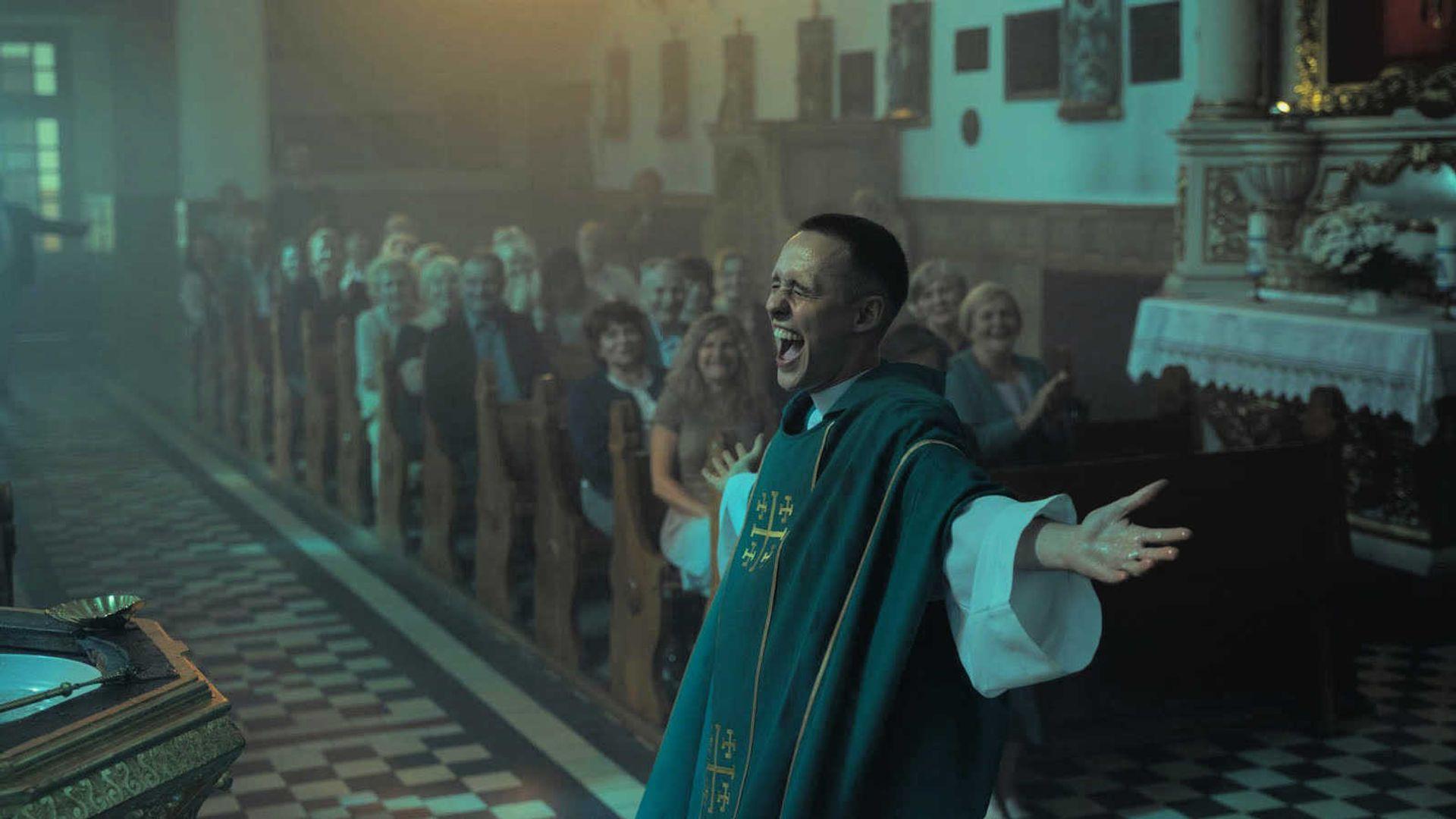 Een crimineel die doet of hij een priester is   Corpus Christi